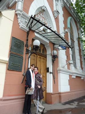 1290017703_moskva_2010_u_teatralnogo_muzeja_imeni_bakhrushina.jpg